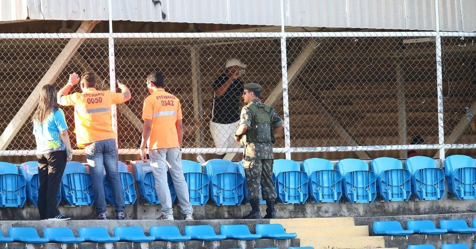 03.jul.2014 - Seguranças conversam com torcedores que tentaram invadir o estádio Presidente Vargas para ver o treino da seleção brasileira
