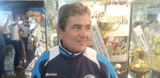 Técnico colombiano Jorge Luis Pinto, da Costa Rica, se emocionou com homenagem na Vila Belmiro