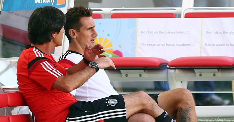 03.jul.2014 - Técnico da Alemanha, Joachim Löw, conversa com o atacante Miroslav Klose, durante treino da seleção no Maracanã, palco da partida desta sexta-feira contra a França, pelas quartas de final da Copa do Mundo