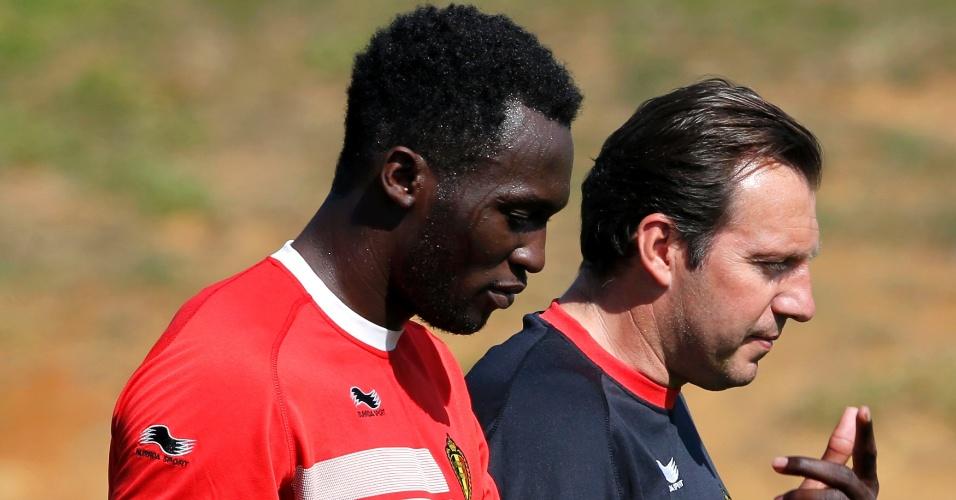 03.jul.2014 - Técnico da Bélgica, Marc Wilmonts, conversa com Lukaku durante o treino da seleção. Bélgica enfrenta a Argentina neste sábado