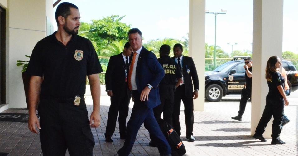 03.jul.2014 - Técnico da Holanda Van Gaal chega ao hotel da seleção, em Salvador. Polícia faz escolta da delegação holandesa