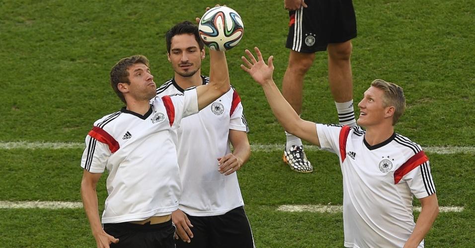 03.jul.2014 - Thomas Müller, Mats Hummels e Schweinsteiger brincam com durante treino da Alemanha no Maracanã, palco da partida desta sexta-feira contra a França, pelas quartas de final da Copa do Mundo