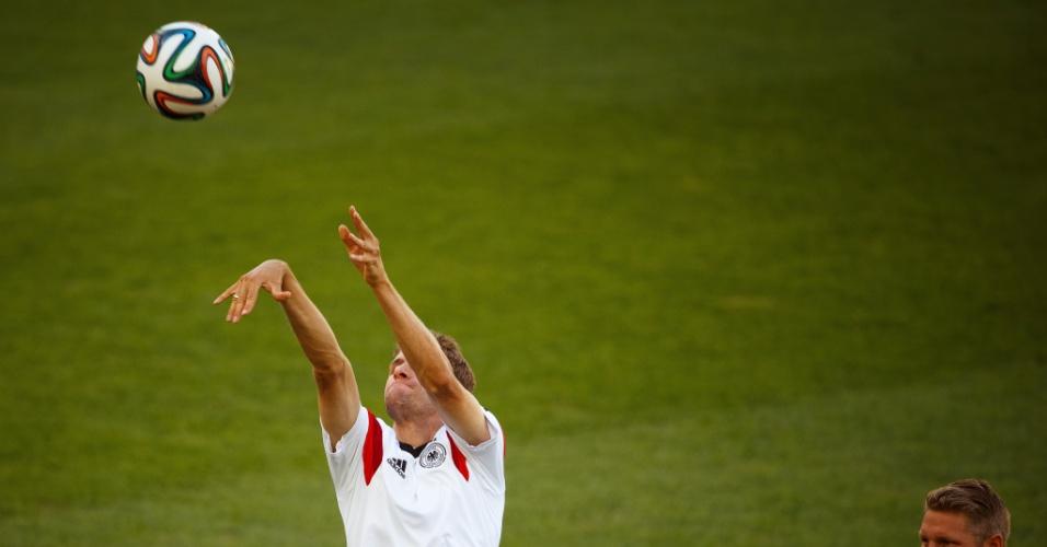 03.jul.2014 - Thomas Müller troca os pés pelas mãos e joga basquete durante o treino da seleção alemã no Maracanã. A equipe enfrenta a França nesta sexta-feira, às 13h, pelas quartas de final da Copa