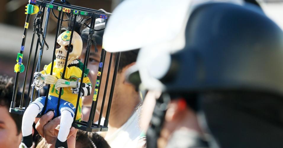 03.jul.2014 - Torcedor leva boneco em forma de caveira ao Castelão, antes do treino do Brasil. A seleção enfrenta a Colômbia no estádio, nesta sexta-feira
