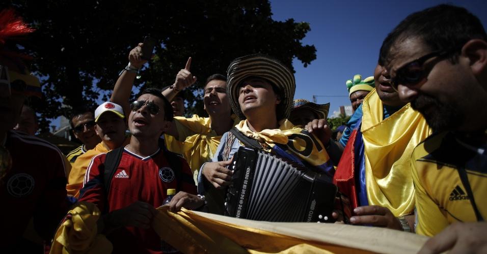 Torcedores da Colômbia fazem festa na praia de Iracema, em Fortaleza, um dia antes do jogo contra o Brasil