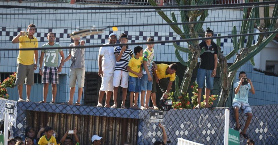 03.jul.2014 - Torcedores no entorno do estádio Presidente Vargas, em Fortaleza, procuram um lugar para acompanhar a chegada da seleção brasileira