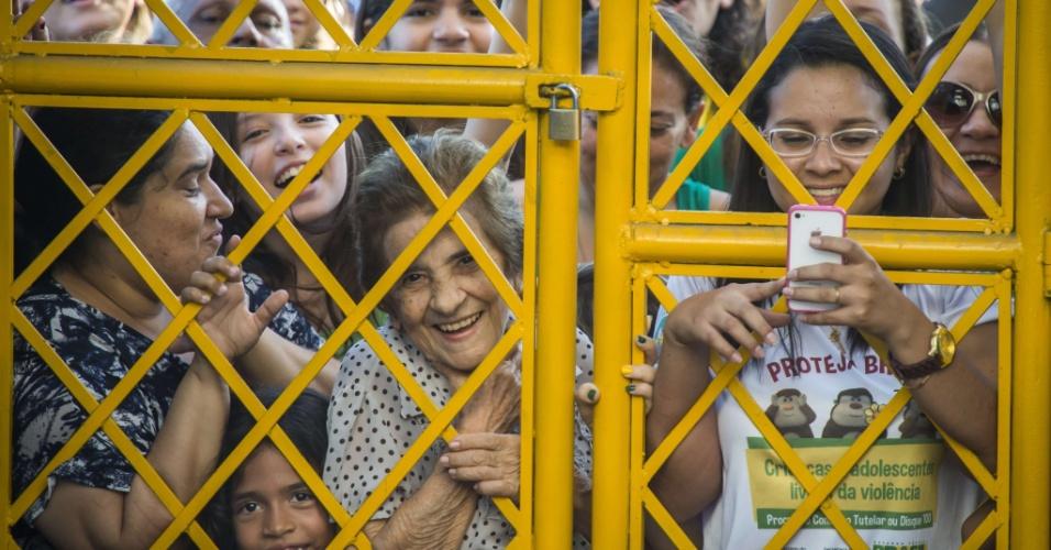 03.jul.2014 - Torcedores se aglomeram no portão do estádio Presidente Vargas, antes do início do treino da seleção brasileira em Fortaleza
