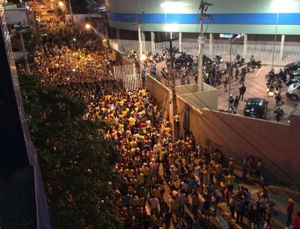 Torcedores se espremem no entorno do Presidente Vargas enquanto ônibus da seleção se prepara para deixar o estádio após o treino