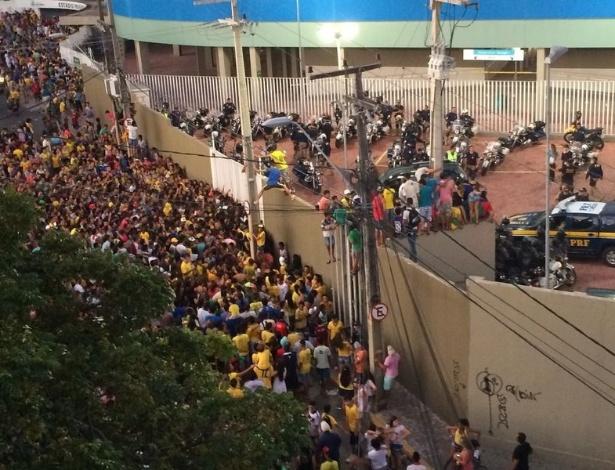 Torcedores se espremem para ver a saída do ônibus da seleção brasileira do Presidente Vargas