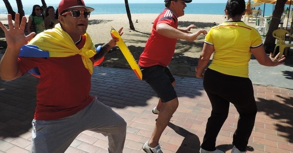 Trio de colombianos dança o Armeration na orla de Fortaleza às vésperas de jogo com Brasil