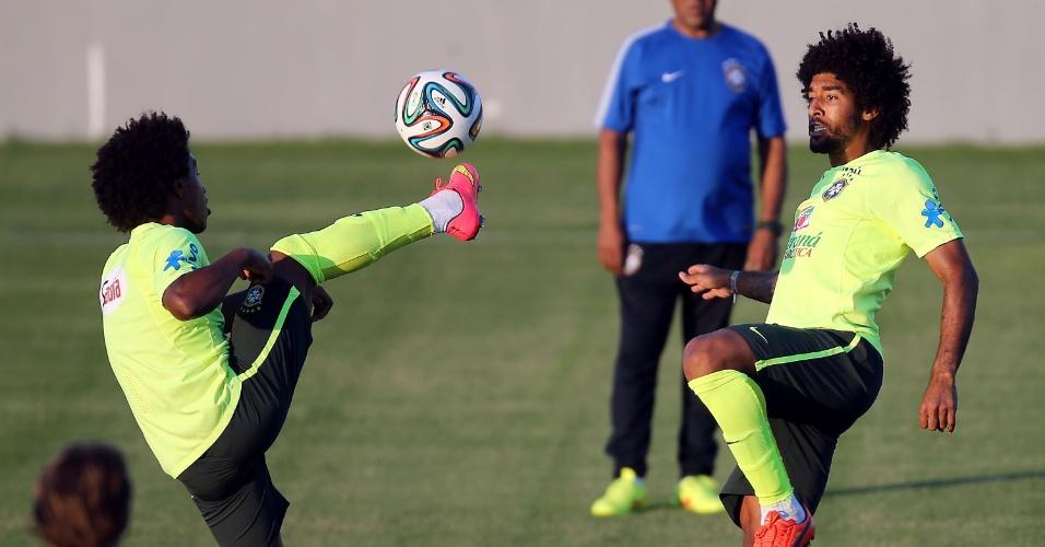 03.jul.2014 - Willian domina a bola no treinamento da seleção brasileira no estádio Presidente Vargas, na véspera do jogo contra a Colômbia