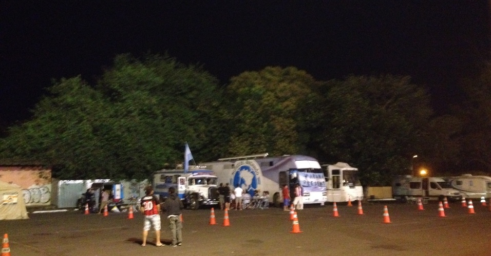 03.jul.2014 - Cerca de 16 veículos haviam chegado ao espaço preparado pelo governo do DF para receber torcedores da Argentina sem hospedagem: espaço para 4.000 veículos