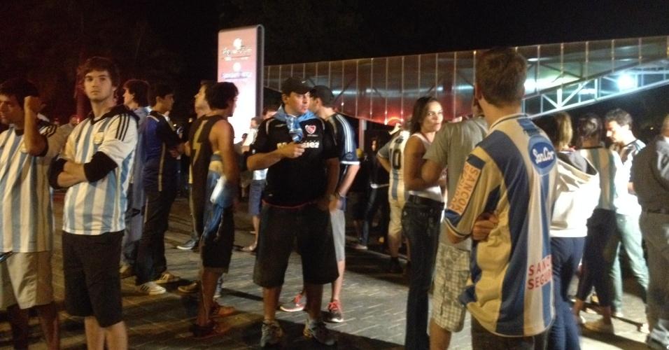 03.jul.2014 - Cerca de 80 torcedores da argentina receberam a seleção na porta do hotel na noite desta quinta-feira (3) em Brasília