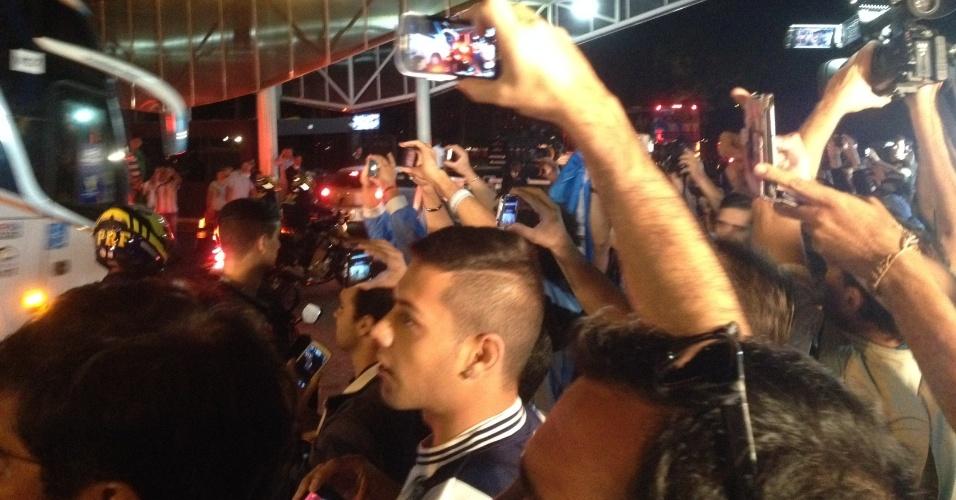 03.jul.2014 - Torcedores argentinos esperam a seleção em Brasília na noite desta quinta-feira (3)