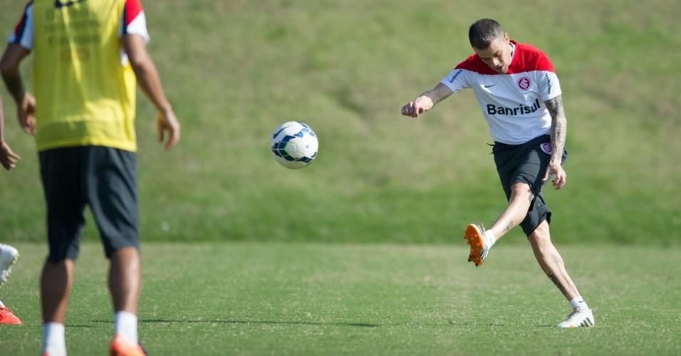 04 jul 2014 - D'Alessandro tenta jogada em treinamento do Internacional