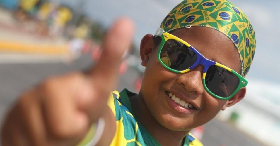 04.07.2014 - Torcedor mirim do Brasil faz sinal de positivo e sorri antes do jogo ante a Colômbia