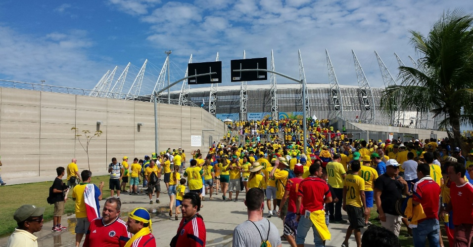 04.07.2014 - Torcedores do Brasil chegam ao estádio Castelão para o jogo das quartas de final
