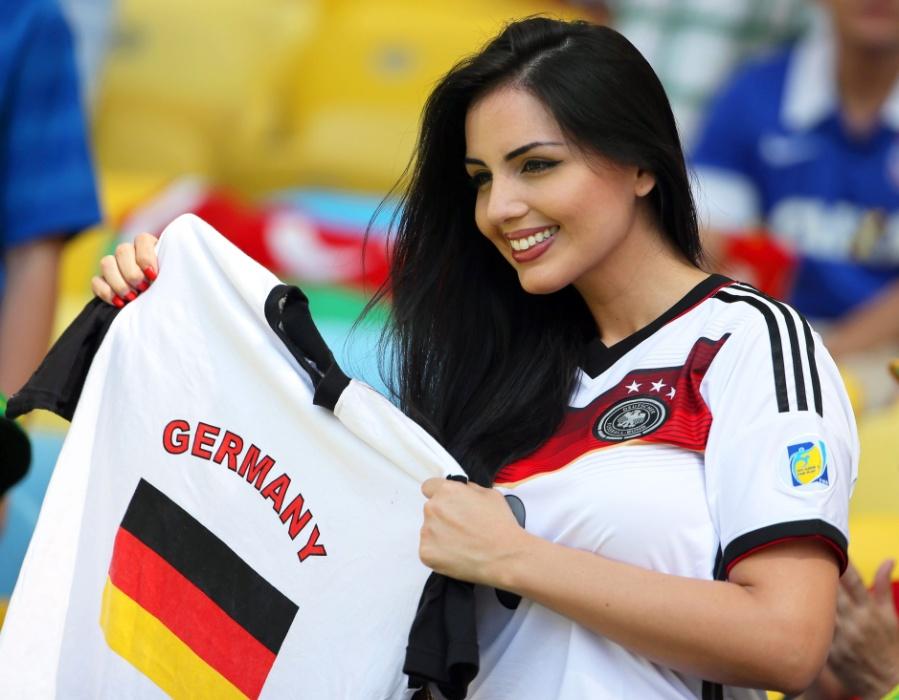 04.jul.2014 - Bela torcedora da Alemanha marca presença no Maracanã para partida contra a França, válida pelas quartas de final da Copa do Mundo