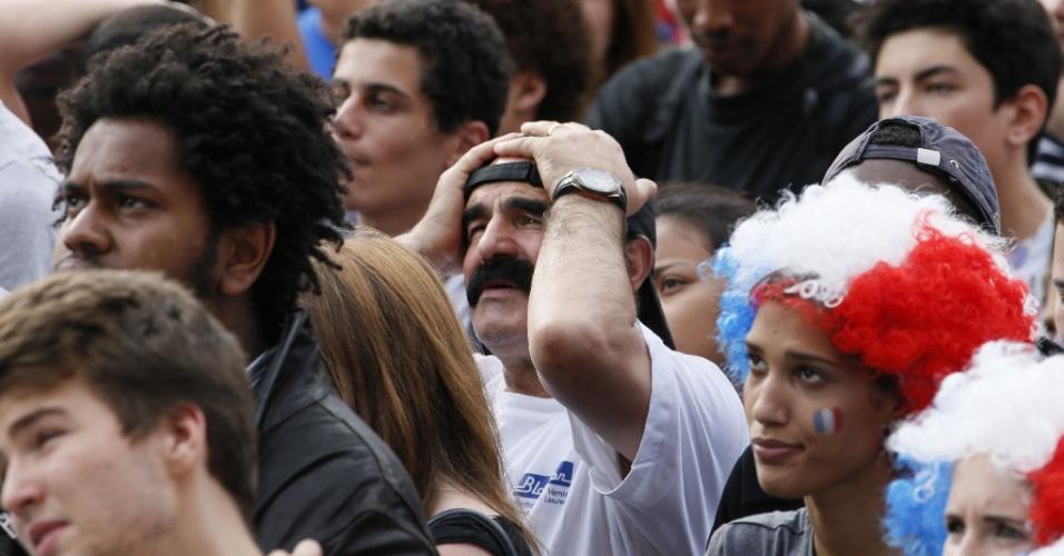 """04.jul.2014 - Em Paris, torcedor com bigode """"de respeito"""" lamenta eliminação da França após derrota por 1 a 0 para a Alemanha"""