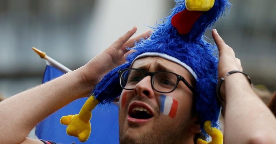 04.jul.2014 - Torcedor francês e seu galo de pelúcia lamentam eliminação da seleção para a Alemanha, no norte do país
