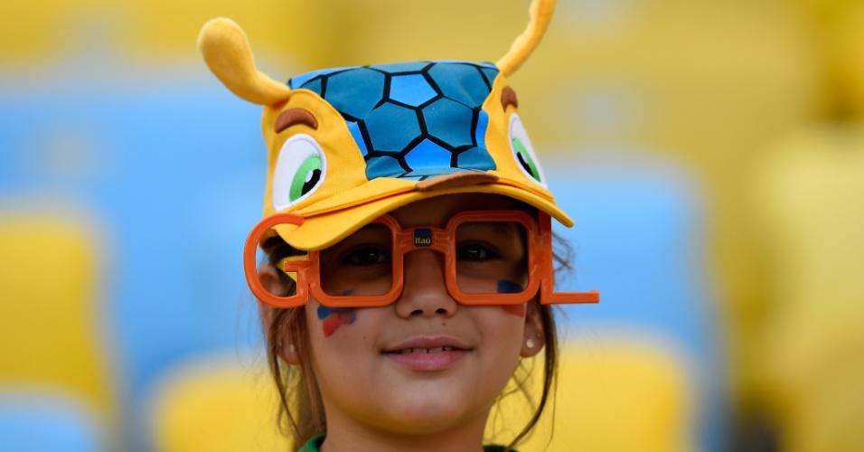 04.jun.2014 - Pequena torcedor brasileira chega ao Maracanã para assistir à partida entre França e Alemanha