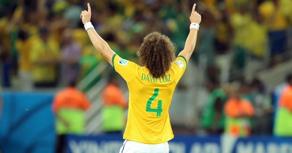 04.jul.2014 - Ajoelhado no gramado do Castelão, David Luiz comemora gol e a vitória sobre a Colômbia por 2 a 1
