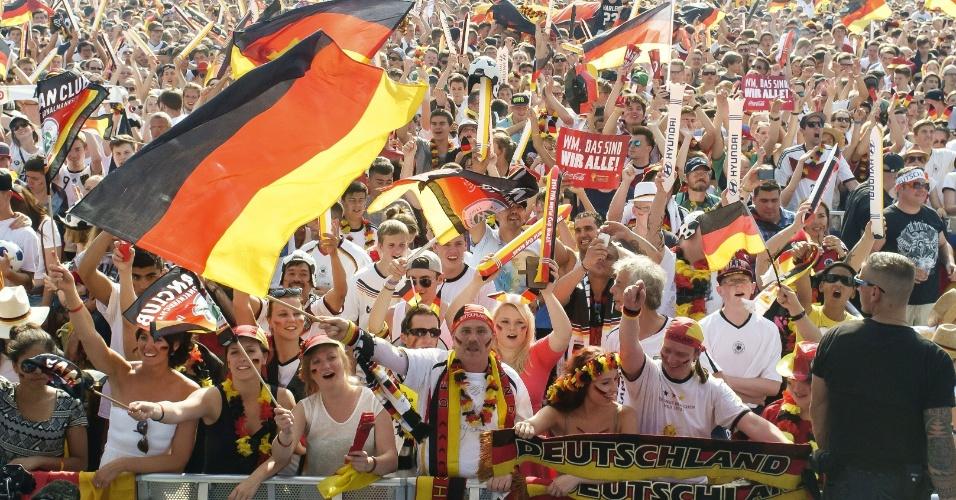 04.jul.2014 - Alemães tomaram as ruas de Berlim para assistirem ao jogo contra a França, pelas quartas de final