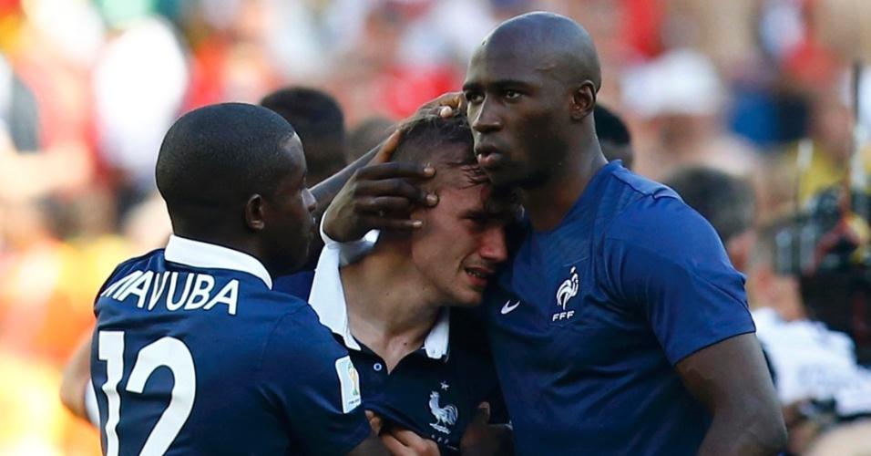 Antoine Griezmann chora muito após eliminação da França, mas é consolado por Rio Mavuba e Eliaquim Mangala