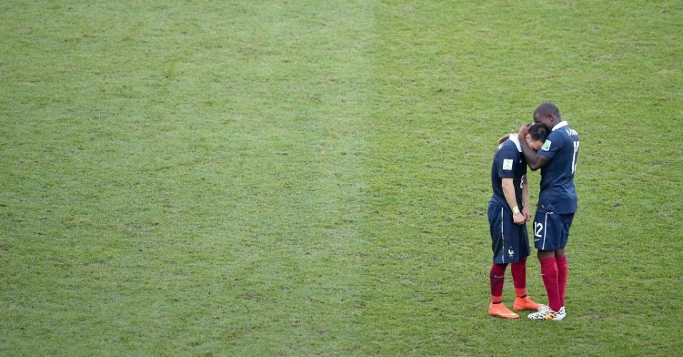 Antonio Mavuba e Mathieu Valbuena se abraçam após eliminação da França para a Alemanha nas quartas de final da Copa do Mundo