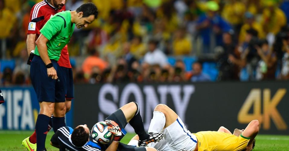 04.jul.2014 - Árbitro observa Fred e o goleiro colombiano Ospina, que ficaram caídos após dividida no Castelão