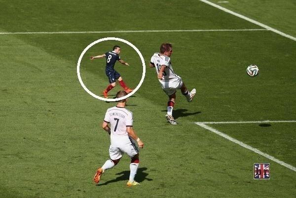 Baixinho francês Valbuena se perde no meio da zaga alemã