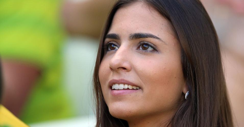 Bela torcedora aguarda o início da partida entre Brasil e Colômbia, no Castelão