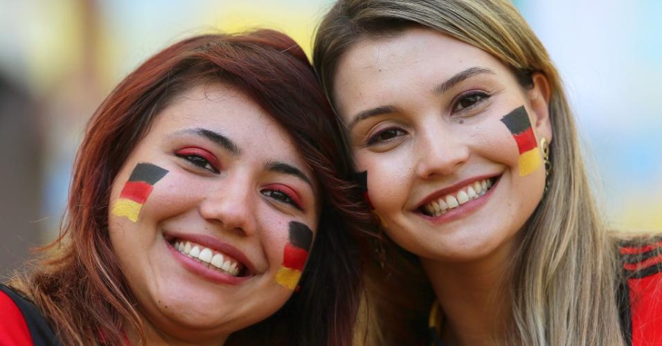 Belas torcedores aguardam o início da partida entre França e Alemanha