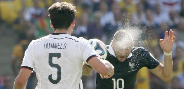 Benzema, artilheiro da França na Copa, cabeceia a bola durante partida contra a Alemanha