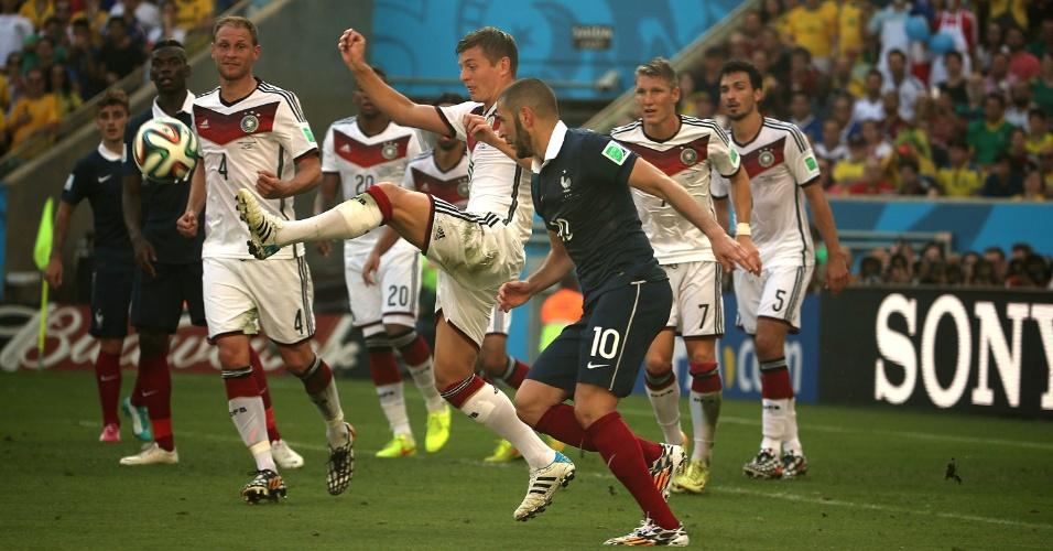 Benzema e Kroos disputam bola durante partida entre Alemanha e França
