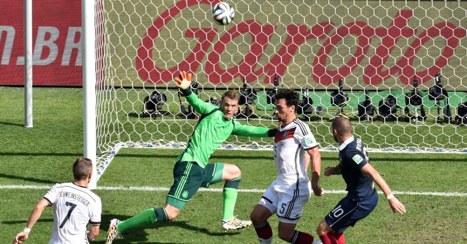 Benzema pega rebote do goleiro Neuer, mas não consegue empatar a partida para a França contra a Alemanha