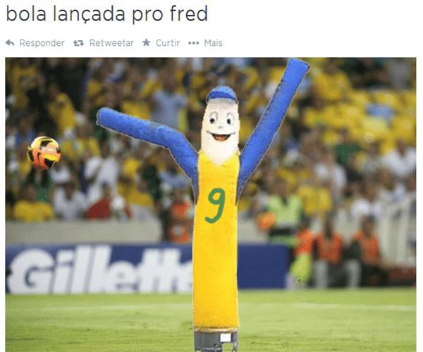Bola lançada para o Fred... Não, pera