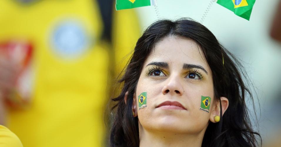 Brasileira carrega bandeiras do país para o duelo contra a Colômbia, em Fortaleza, pelas quartas de final da Copa