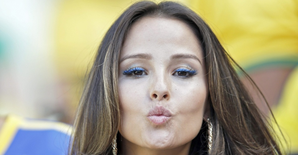 Brasileira manda beijo antes do jogo contra a Colômbia no Castelão