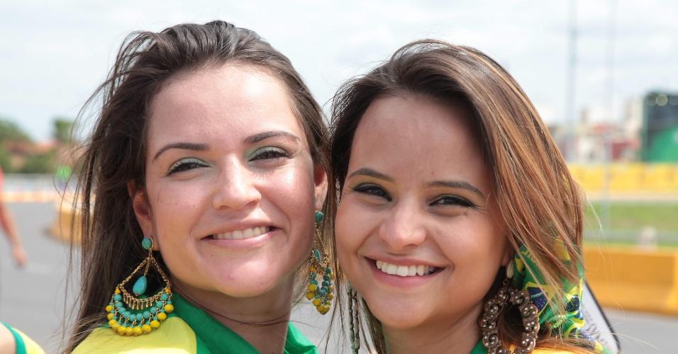 Brasileiras chegam ao Castelão e sorriem antes da partida contra a Colômbia, pelas quartas de final da Copa