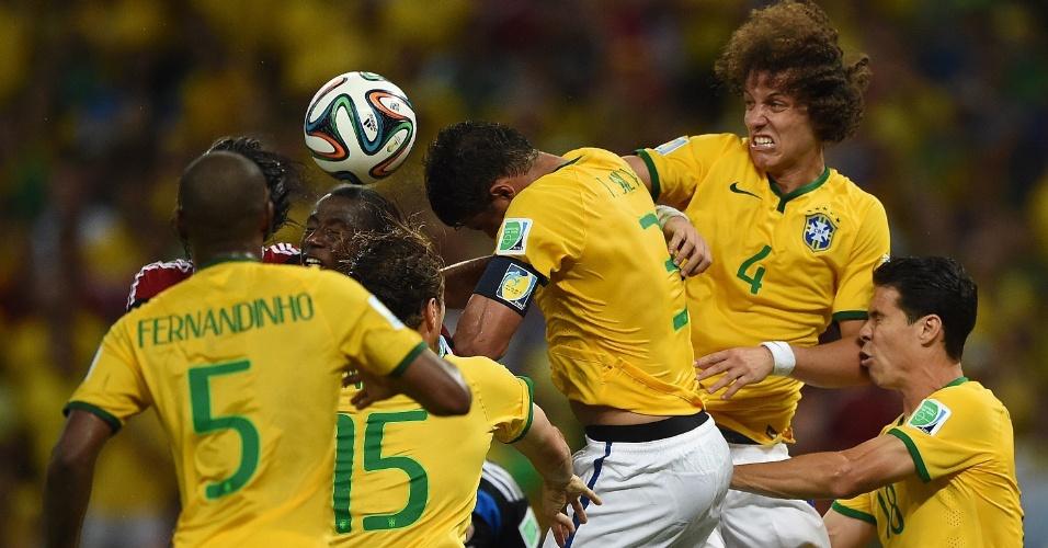 04.jul.2014 - Brasileiros e colombianos dividem a bola após confusão na área. O Brasil venceu por 2 a 1 no Castelão e está na semifinal da Copa do Mundo
