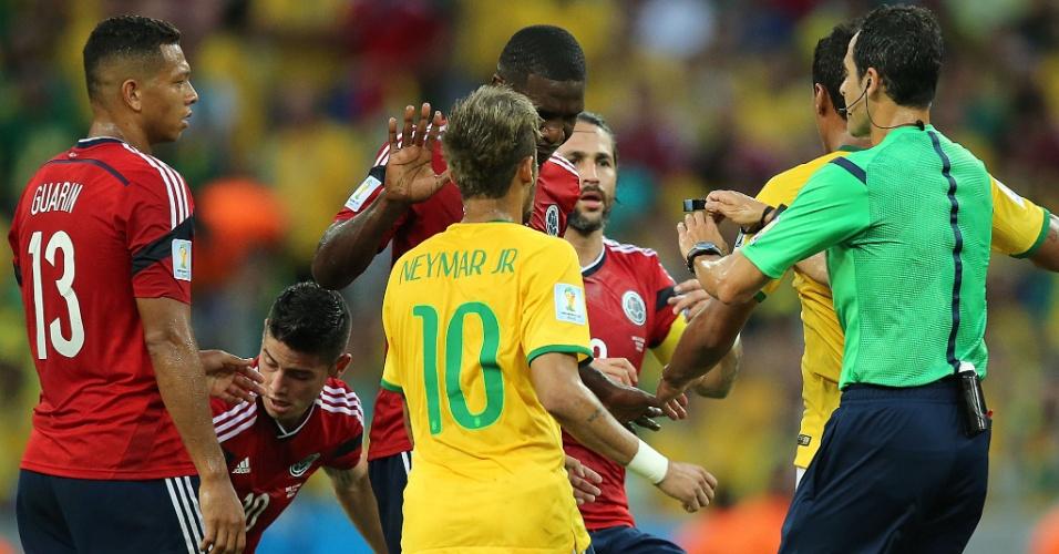 04.jul.2014 - Brasileiros e colombianos se desentendem no primeiro tempo da partida no Castelão
