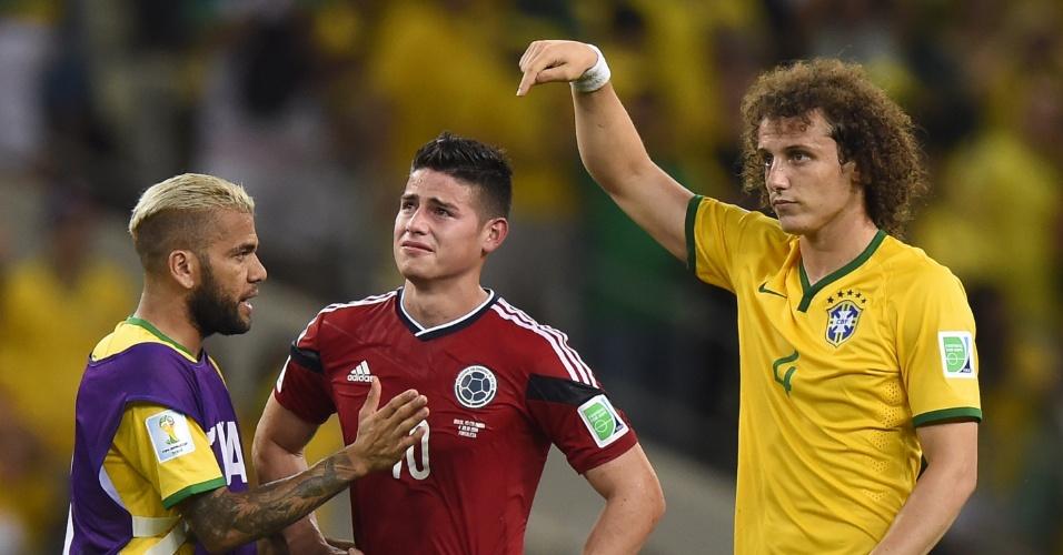04.jul.2014 - Brasileiros tentam consolar James Rodriguez, que chora após a vitória do Brasil por 2 a 1 sobre a Colômbia no Castelão