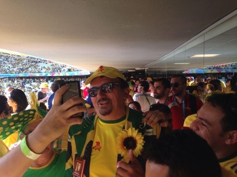 Cantor Falcão é tietado por torcedores no Castelão durante Brasil e Colômbia pelas quartas de final da Copa