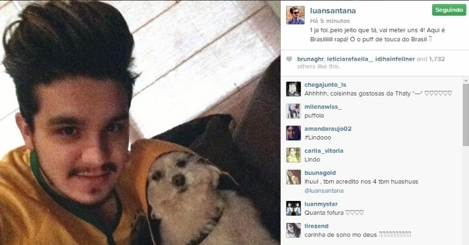 """Cantor Luan Santana torce e acredita em goleada brasileira contra a Colômbia, pelas quartas de final da Copa. """"Um já foi...pelo jeito que tá, vai meter uns quatro. Aqui é Brasil, rapá!"""", escreveu"""