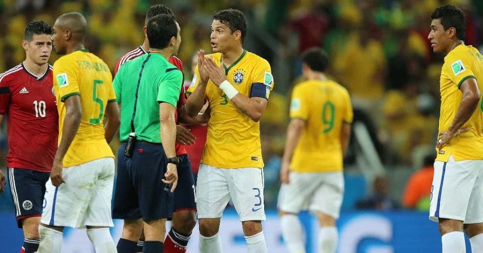 04.jul.2014 - Capitão Thiago Silva conversa com o árbitro Carlos Velasco após lance violento contra a Colômbia, no Castelão