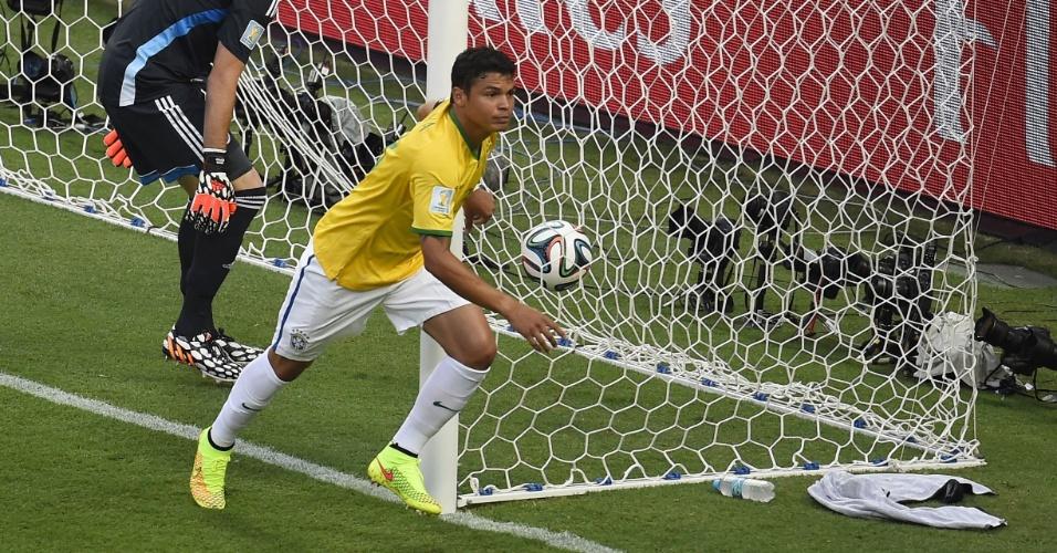 04.jul.2014 - Capitão Thiago Silva sai para comemorar após abrir o placar para o Brasil contra a Colômbia no Castelão