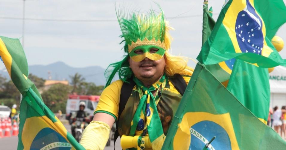 Carregado de bandeiras do Brasil, torcedor faz festa no entorno do Castelão antes do jogo contra a Colômbia