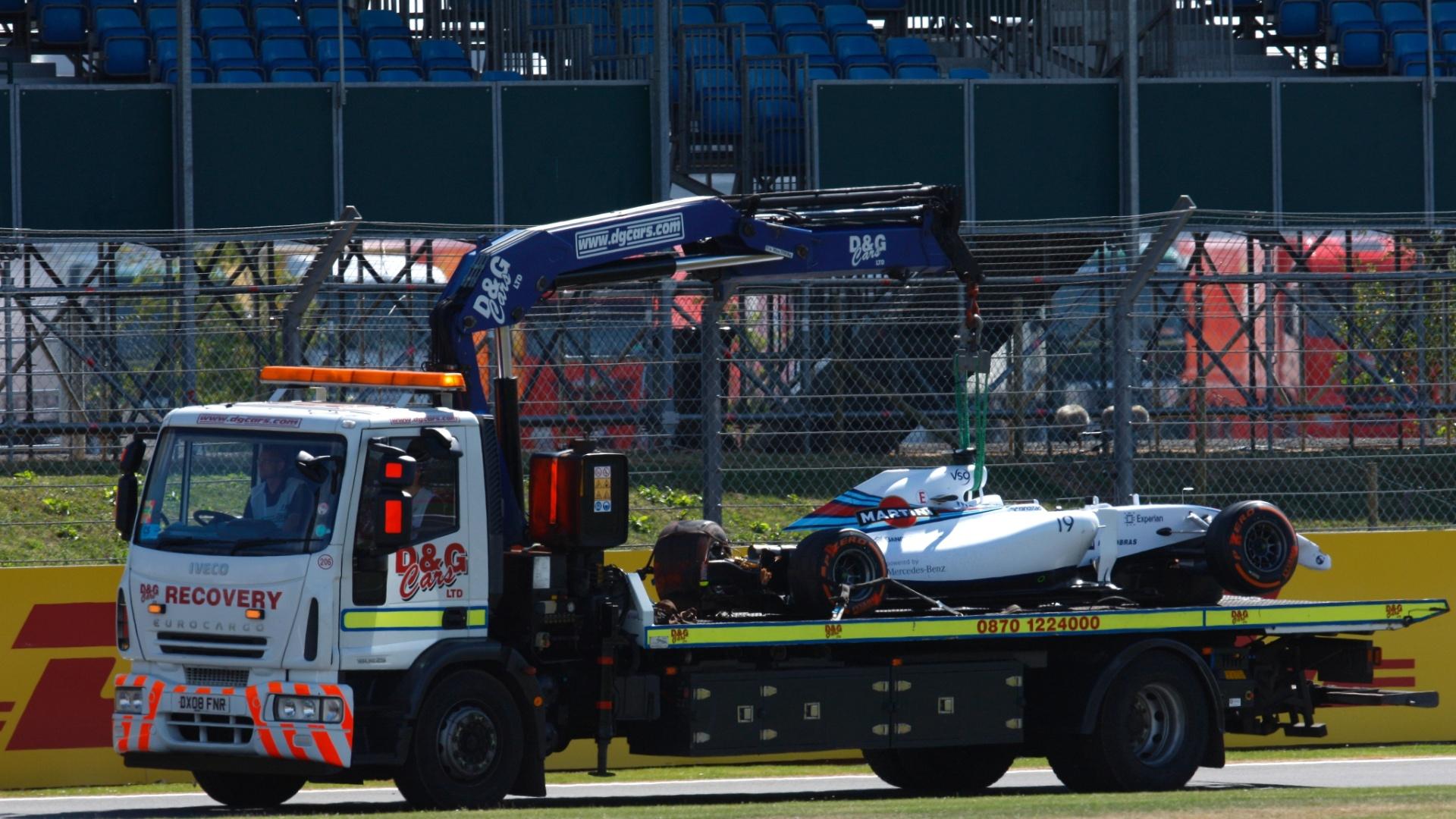 Carro de Felipe Massa é retirado do circuito de Silverstone; brasileiro deu apenas sete voltas na sessão de treino livre antes de perder a direção de sua Williams e bater