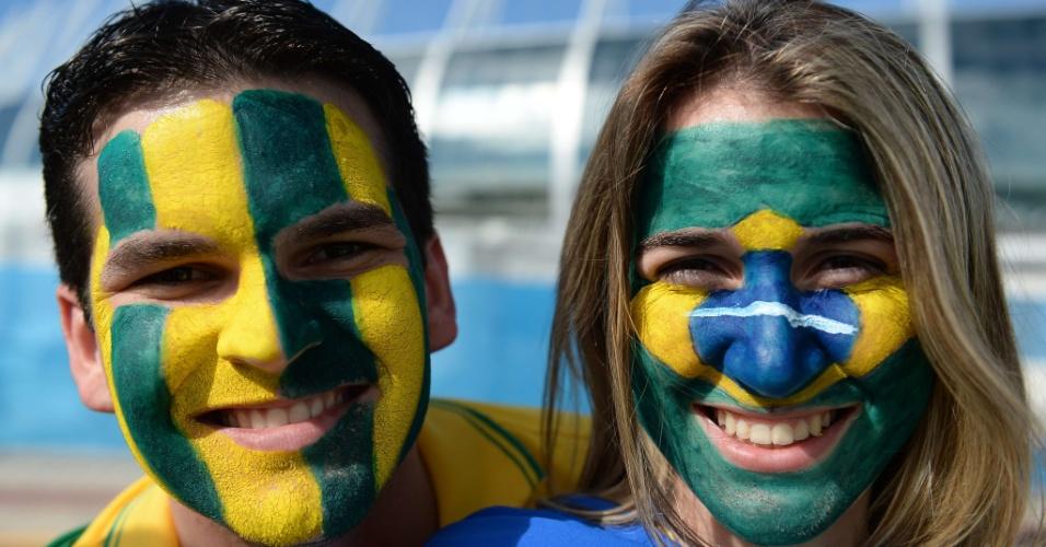 Casal mostra a torcida para o Brasil do lado de fora do Castelão, antes do jogo entre Brasil e Colômbia